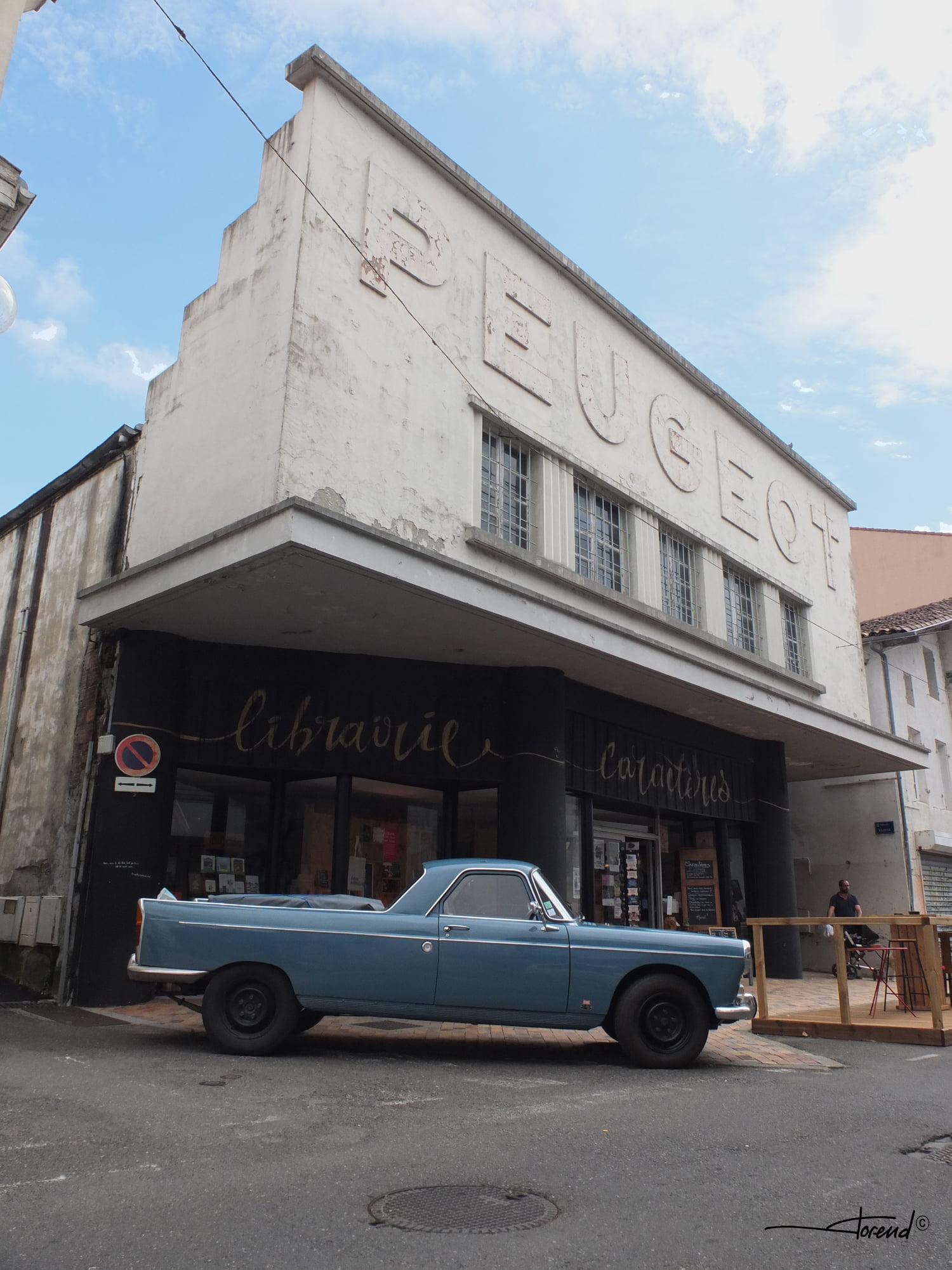 Peugeot-garage-Mont-Marsan-met-zeer-zeldzame-404-Camino-