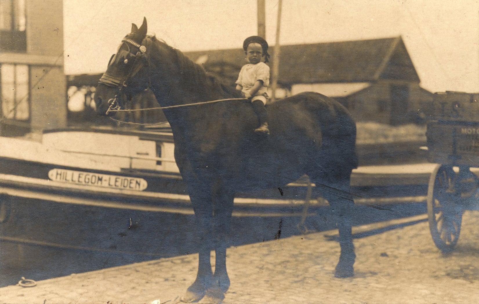 1920-met-paard-bij-de-boot-van-Den-Hartogh