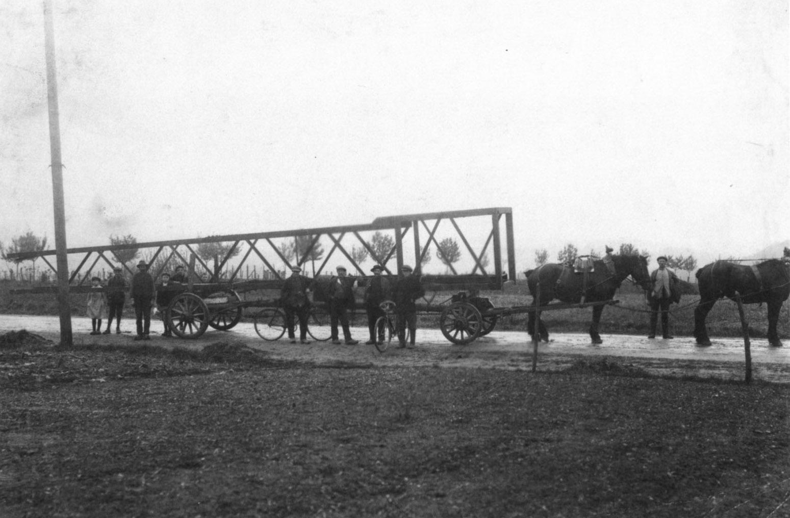 2-Pk-ingezet-voor-transport-van-een-mast-voor-de-lijn-Hoensbroek-Maastricht-1919-Huib-Jans-archief--