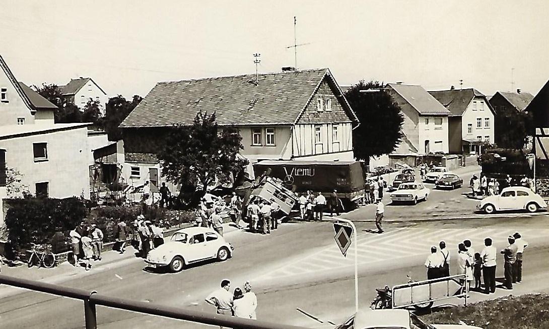 1972-Bijna-onherkenbaar-Viemij-motorwagen-met-aanhanger-de-BB-08-88-nadat-hij-met-weigerende-remmen-een-woonhuis-binnenreed-Hans-van-der-Sanden-