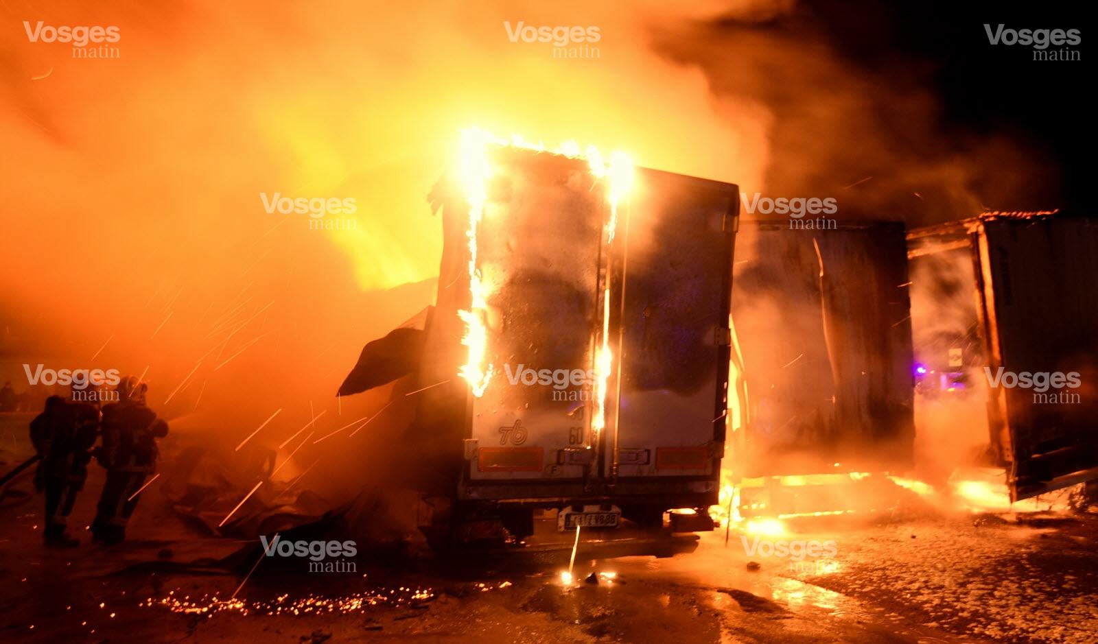les-sapeurs-pompiers-ont-place-les-lances-entre-les-camions-et-le-batiment-abritant-les-bureaux-de-l-entreprise-afin-d-empecher-les-flammes-de-se-propager-photo-philippe-briqu
