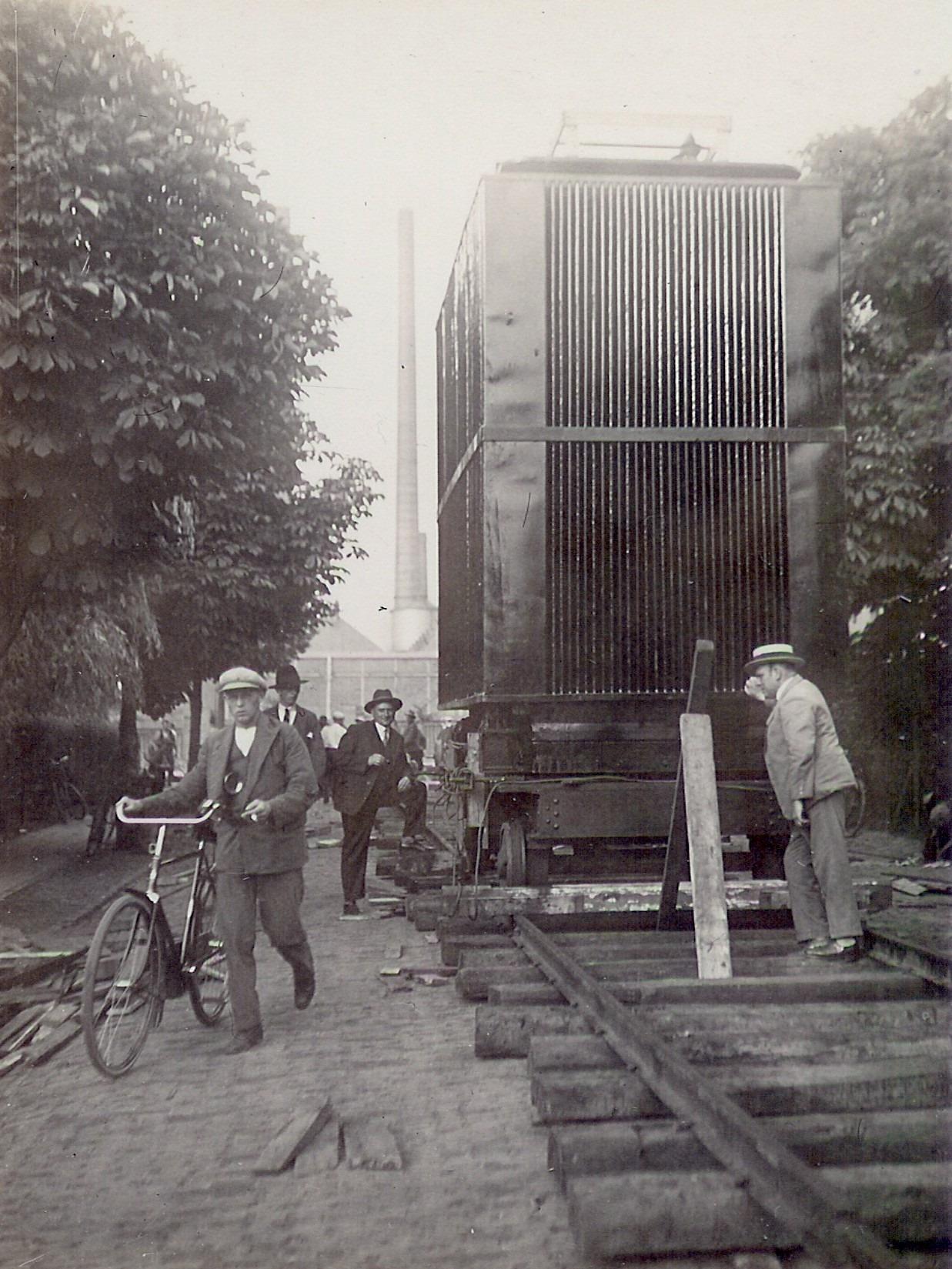 1929-Dhr-van-Gorp-staat-tegen-de-transformator