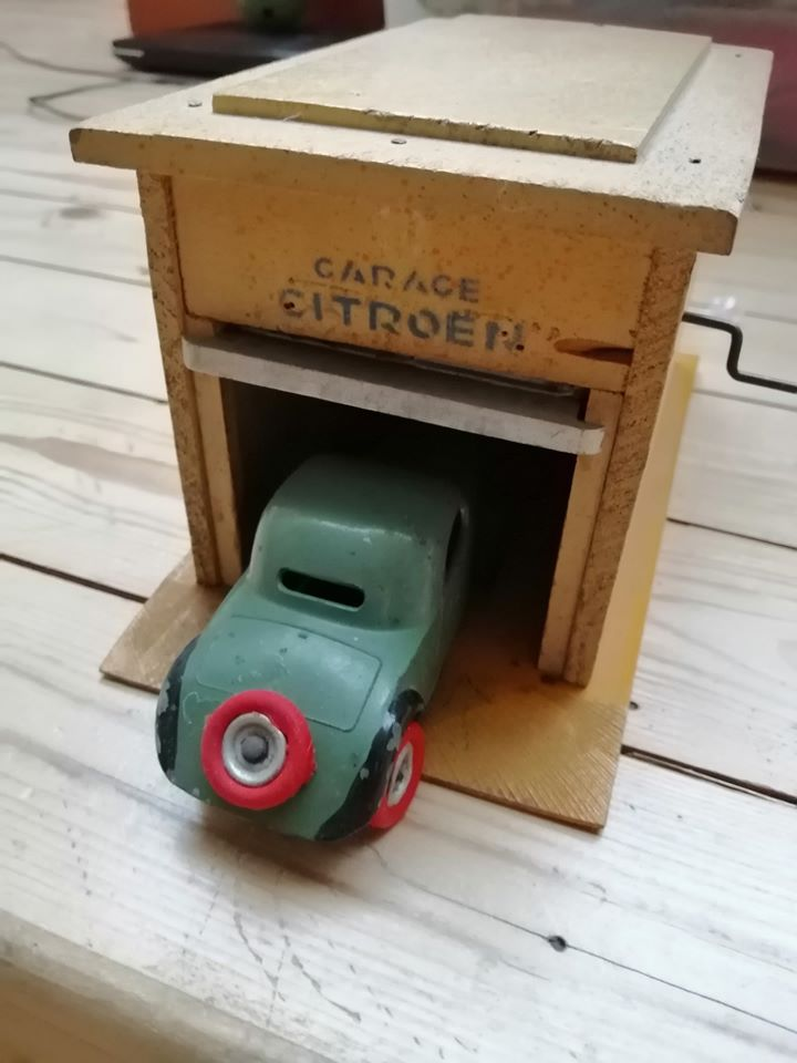 -Citroen-speelgoed--van-hout-met-een-valse-cabrio-tractie-van-1934-en-metaal--van-1935-met-een-Rosalie--1