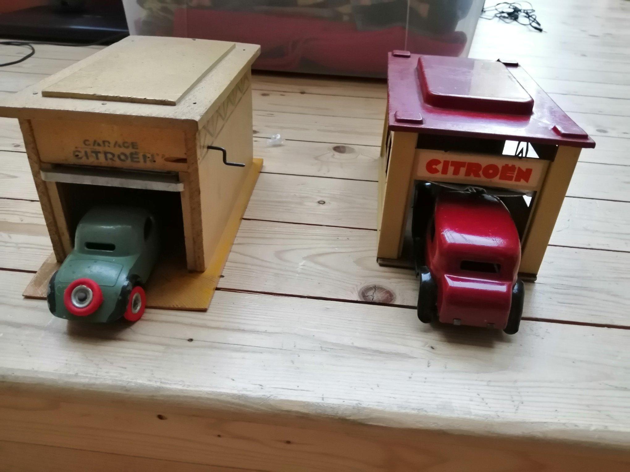 -Citroen-speelgoed--van-hout-met-een-valse-cabrio-tractie-van-1934-en-metaal--van-1935-met-een-Rosalie--2