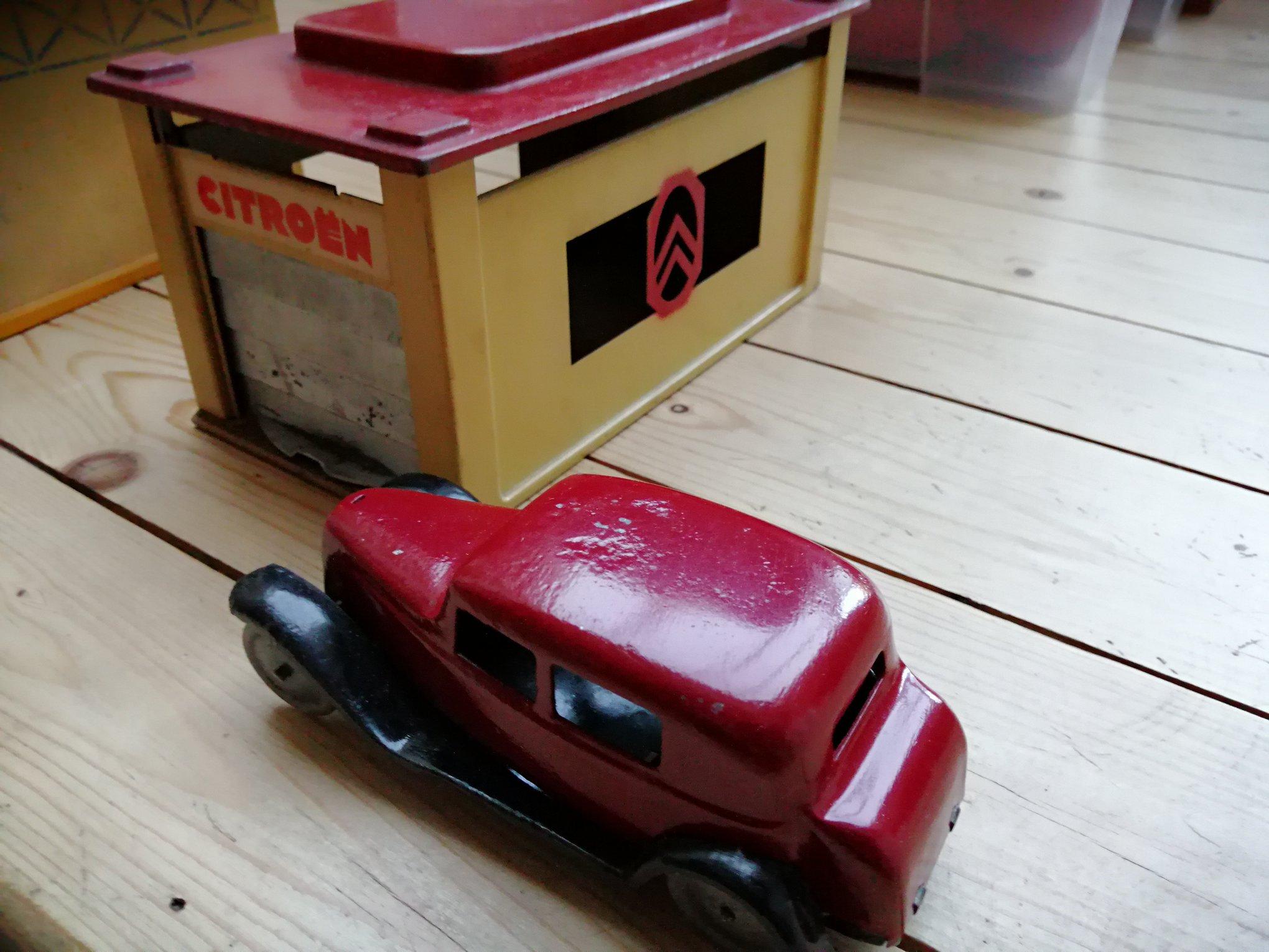 -Citroen-speelgoed--van-hout-met-een-valse-cabrio-tractie-van-1934-en-metaal--van-1935-met-een-Rosalie--3