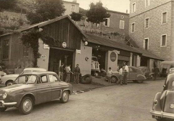 Citroen-en-Renault-Garage-op-het-platte-land