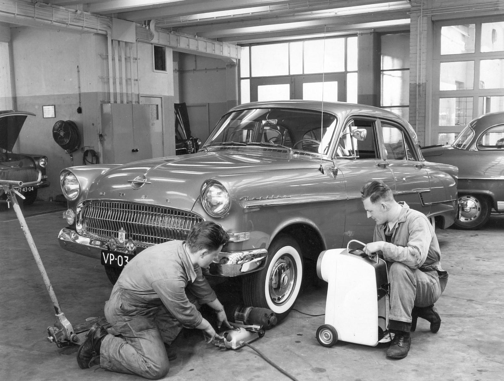 Opel-Rekord--1956-aan-het-uitballanceren-