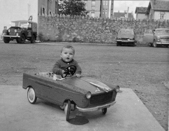 Yvon-Diep-van-binnen-de-garage--La-Land-Rover--Een-van-onze-favoriete-speeltuin