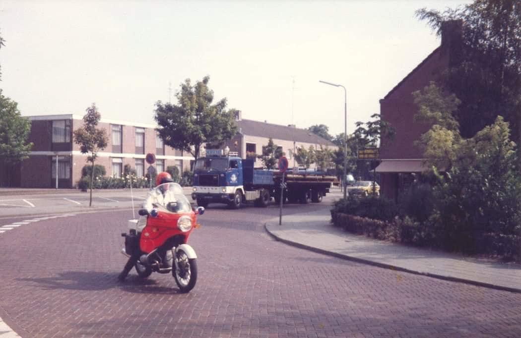 in-Bergeijk-op-het-hof-met-breedte-transport-de-eerste-drie-doks-die-tweedehands-werden-gekocht-bij-de-Campina-in-Bergeijk-voor-de-nieuwe-loods-in-luyksgestel