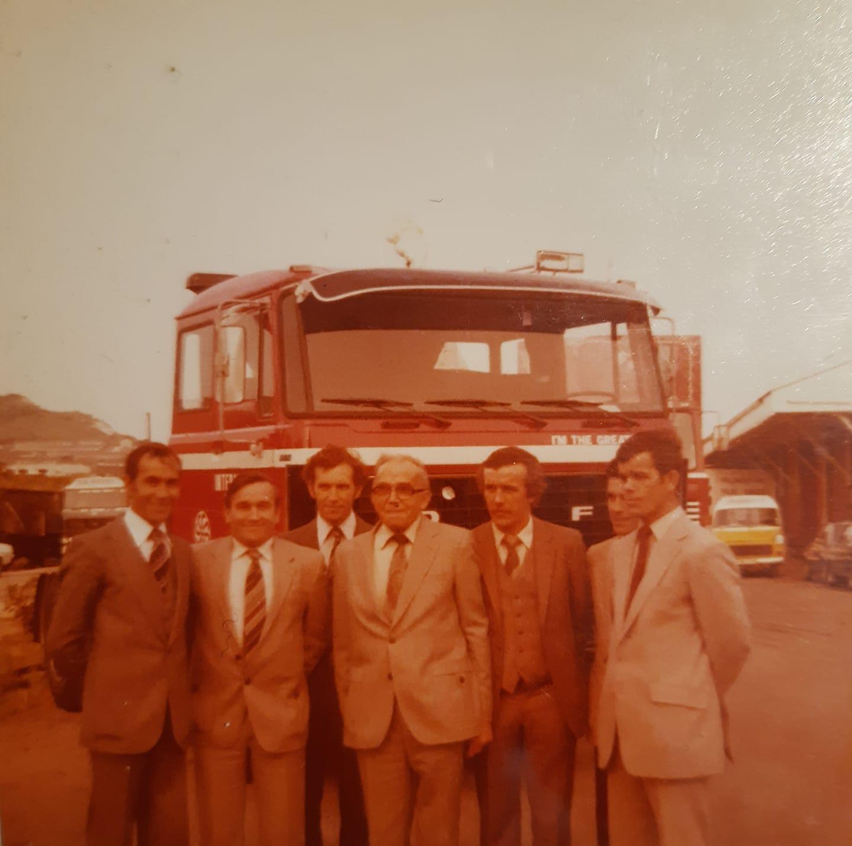 opening-van-het-bedrijf-in-Engeland--Van-links-naar-rechts-Harry--Jan--Gerrit--Bert--Joep--Piet-en-Leo-Joosten--