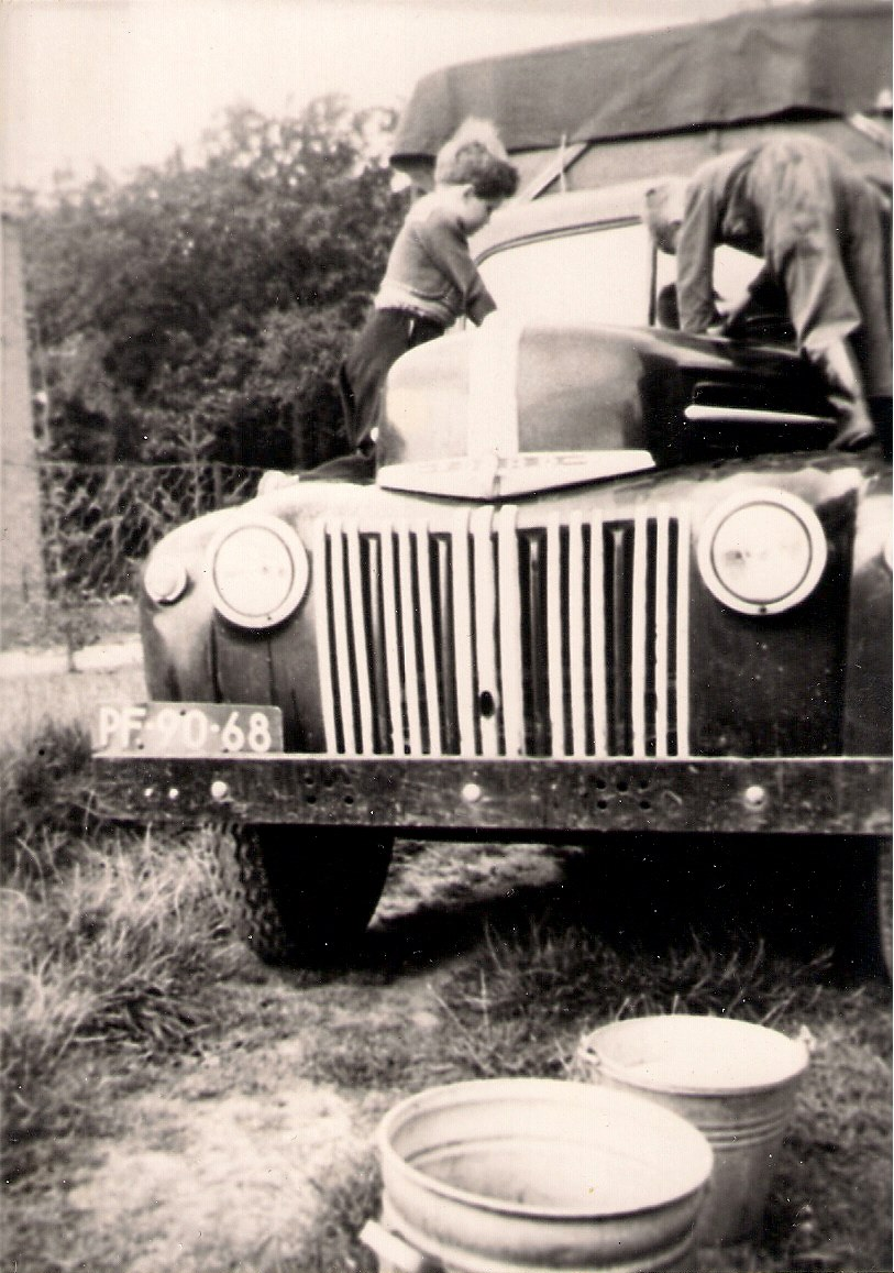 Ford-V8-Jailhouse-van-mijn-vader-en-mijn-zusje-is-aan-het-wassen-Gerhardus-Gerard-Samplonius--(1)