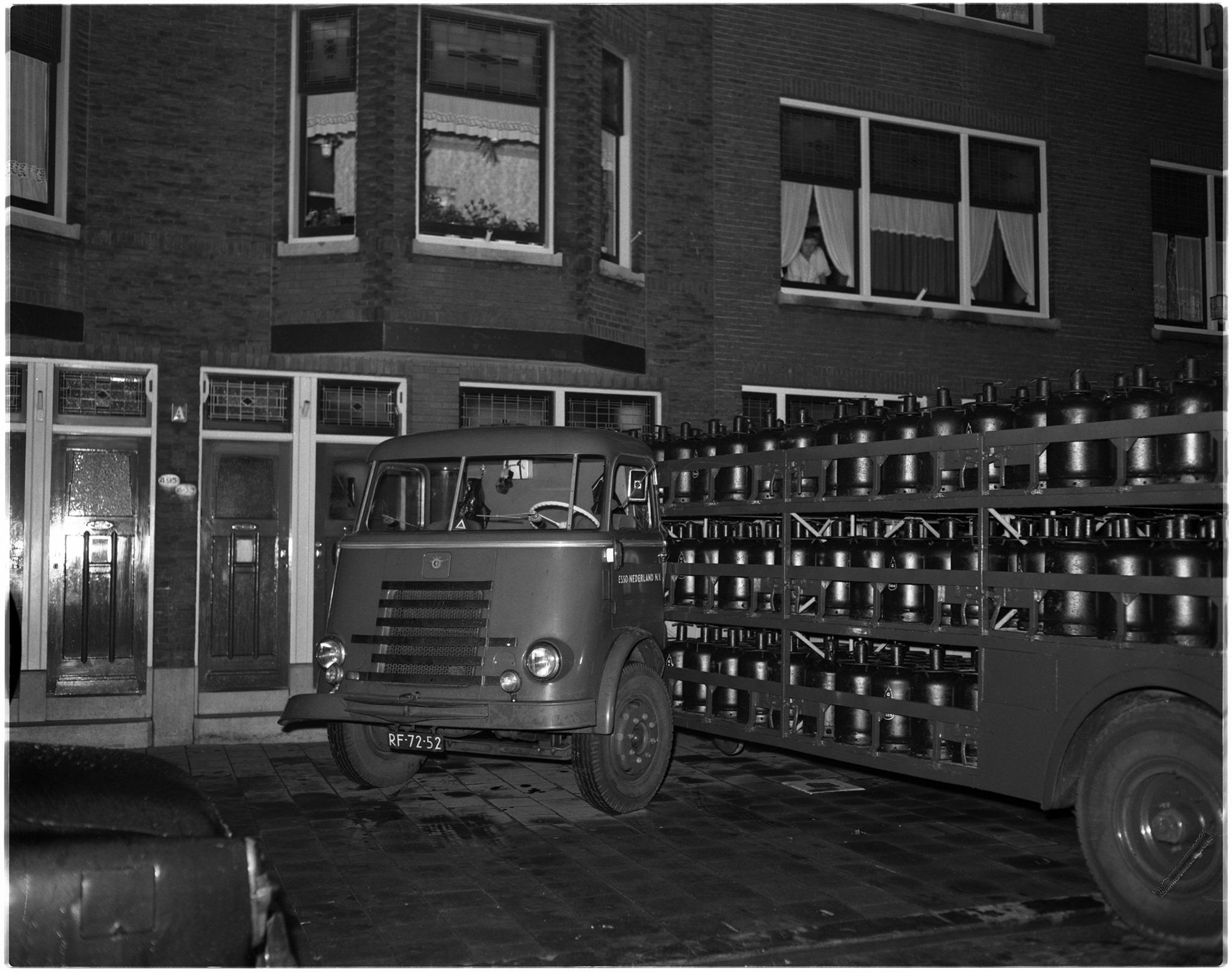 1958-Een-vrachtwagen-van-Esso-geladen-met-gasflessen-ramt-een-woning-aan-de-Wolphaertsbocht