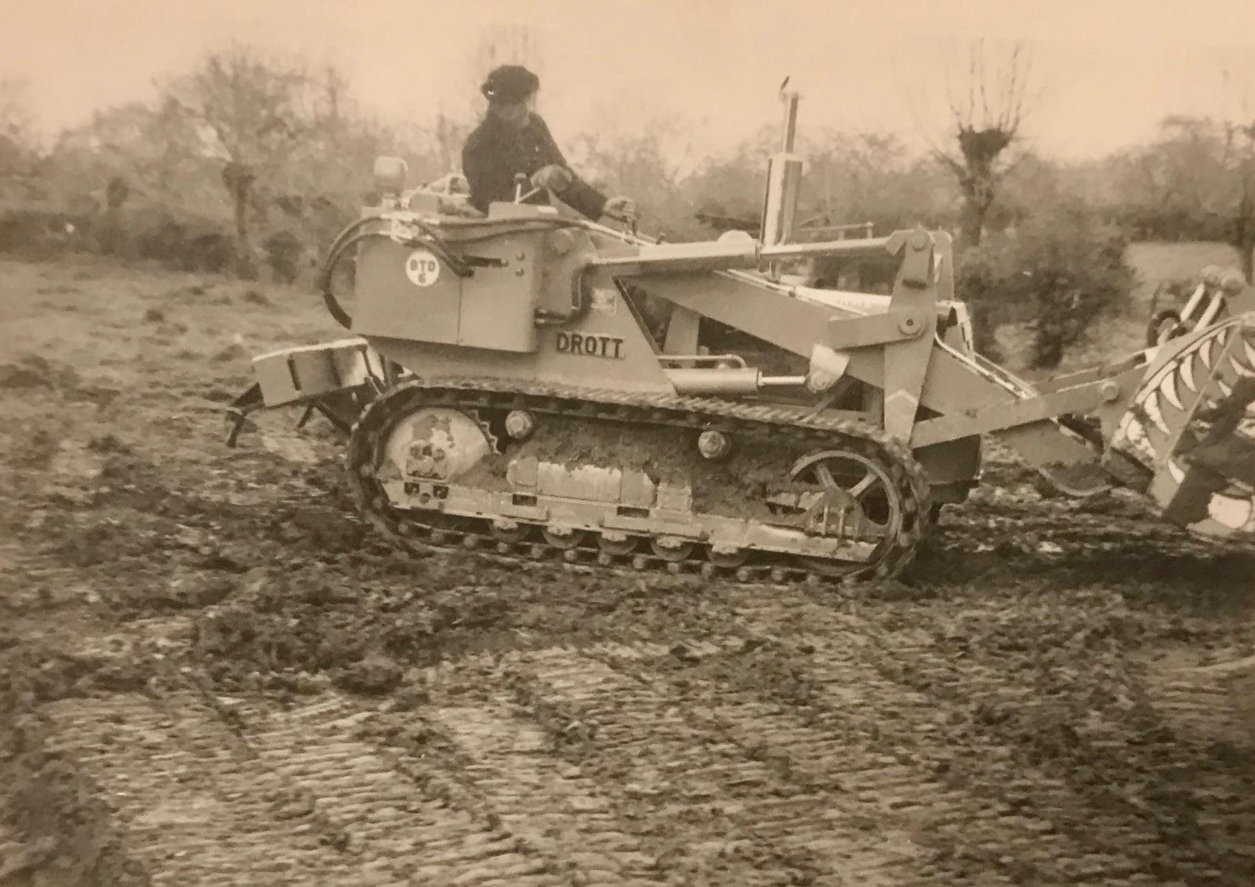 Piet-Jeuring-hier-als-machinist-op-de-eerste-bulldozer-1958--problemen-met-meneer-agent-waardoor-hij-het-een-paar-maanden-zonder-rijbewijs-moest-doen