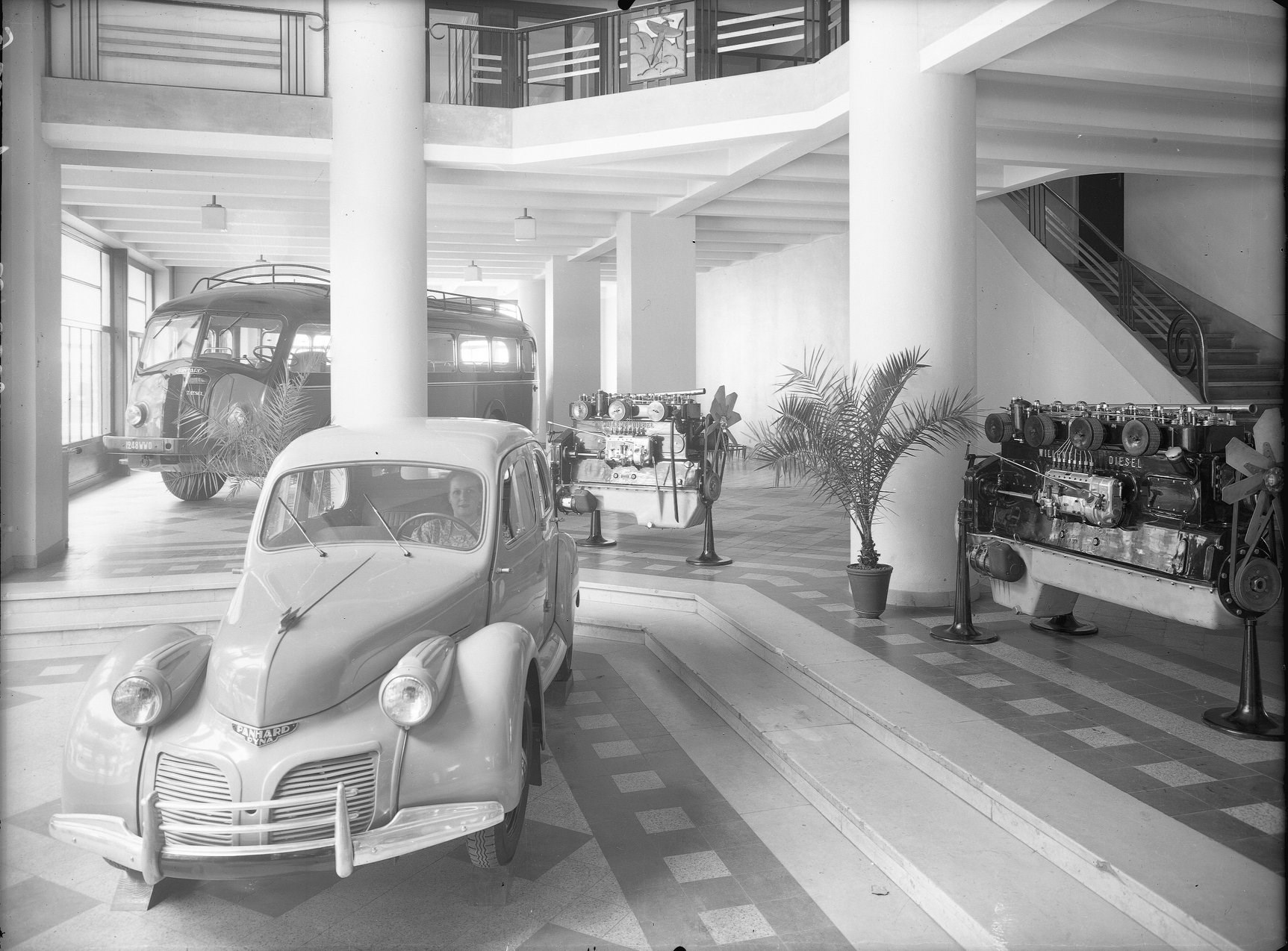 Showroom-une-concession-Panhard-(1)
