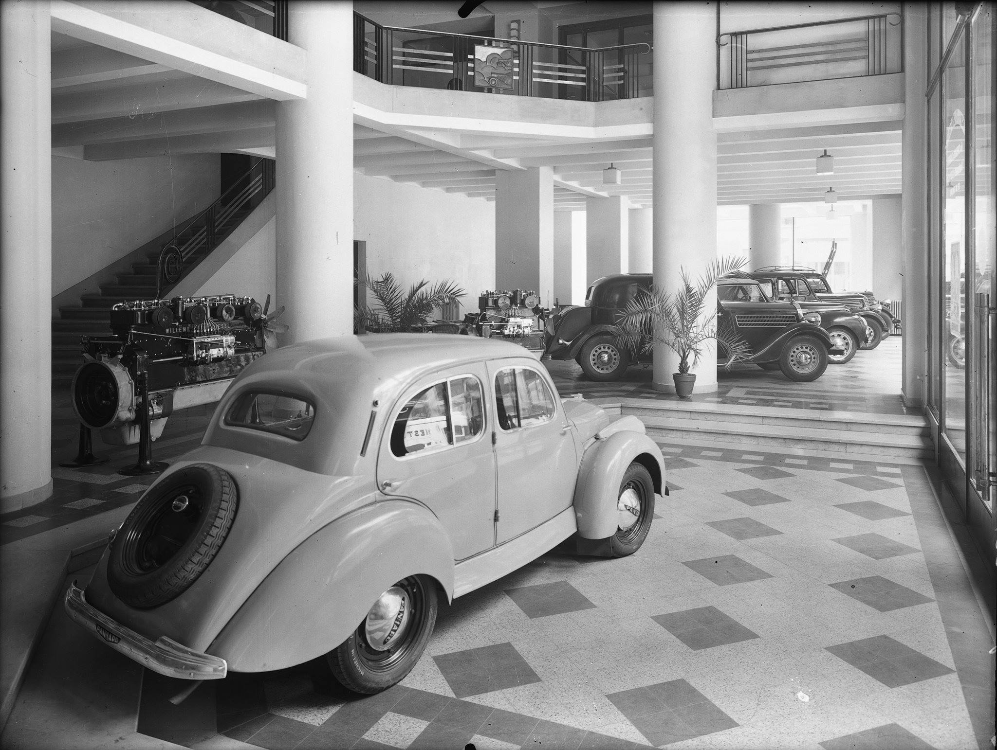 Showroom-une-concession-Panhard-(2)