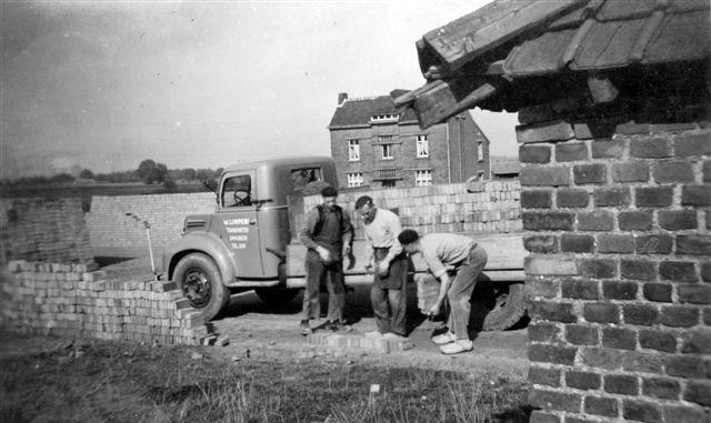 1947--stenen-met-de-hand-laden-steenfabriek-Spaubeek