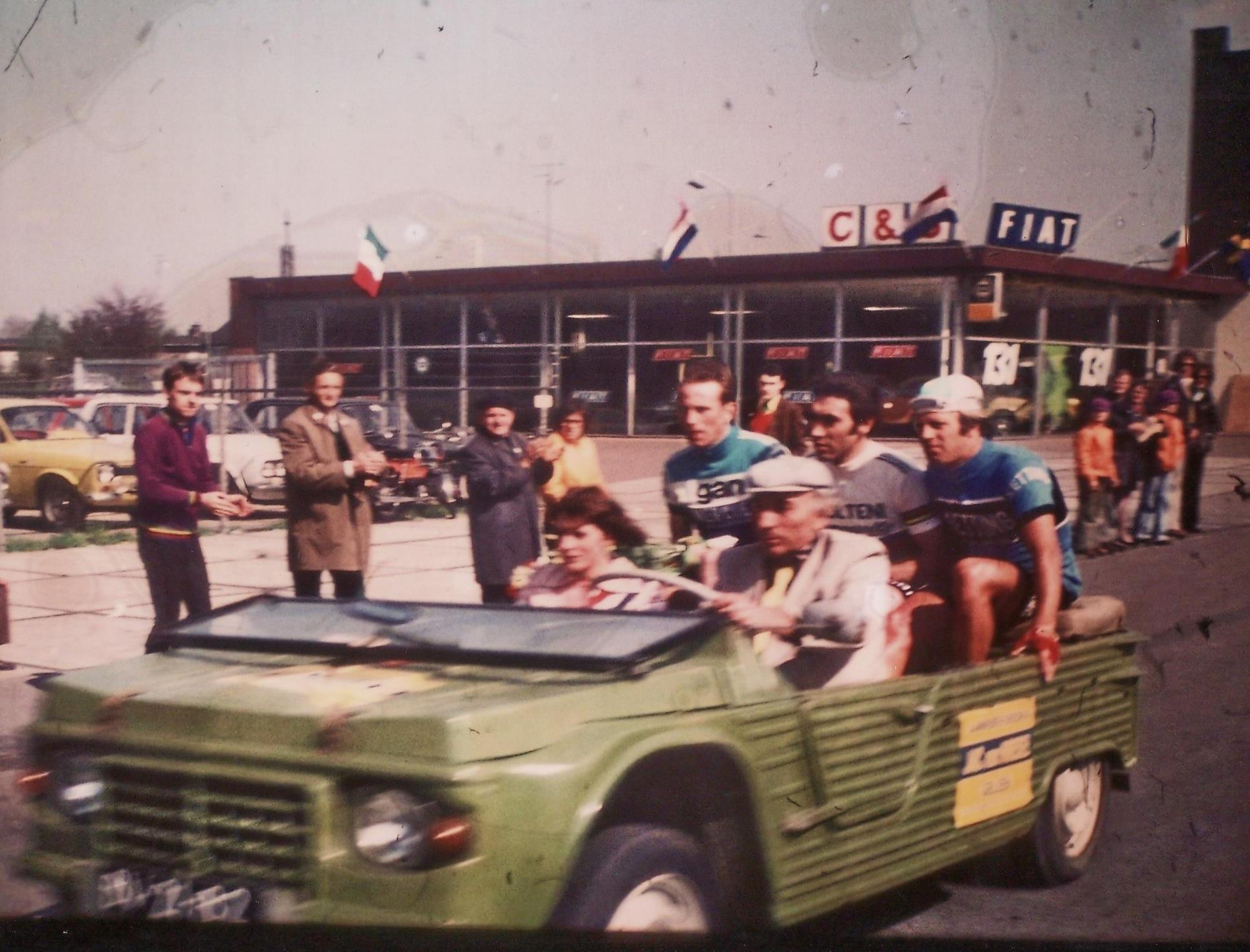 huldiging-Eddy-Merckx-en-Joop-Zoetemelk-crirterium-burgemeester-lemmensstraat-1971-voor-Caumans-Schepers
