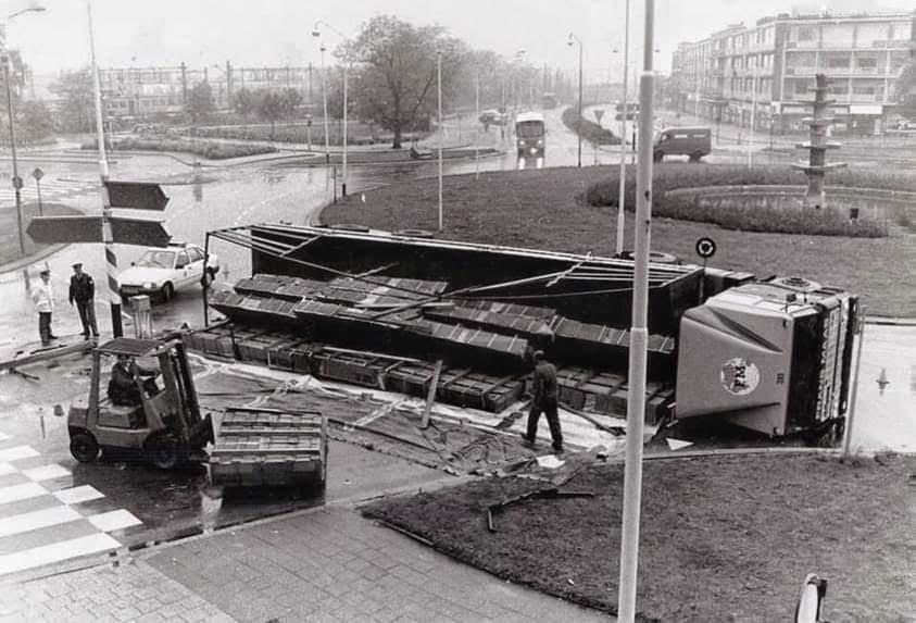 DAF-in-problemen-op-de-rotonde-in-Venlo-