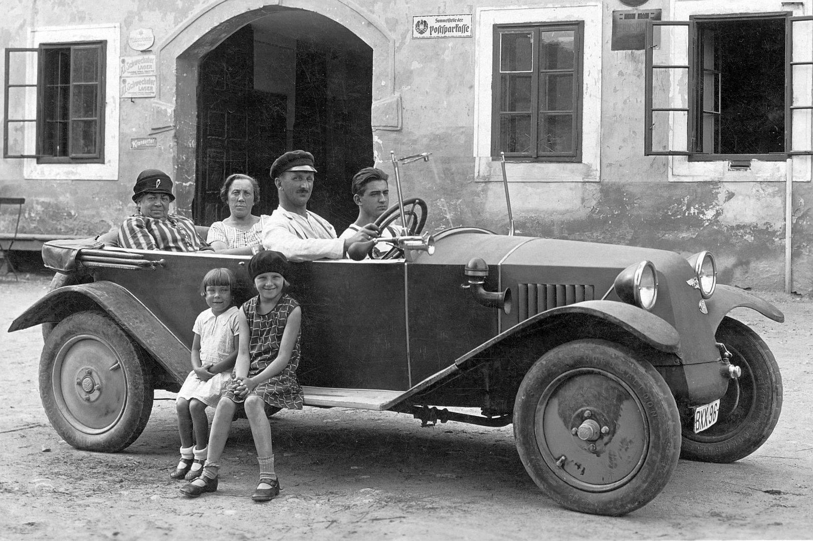 Tatra-Type-12--met-hun-ruggengraatchassis-en-luchtgekoelde-twinmotoren--made-in-CZ-maar-de-foto-is-in-Bohemen-genomen--