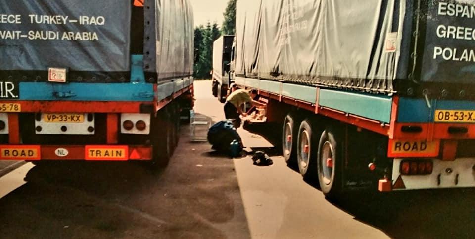 Henk-Klasens-samen-met-chauffeurs-van-Rinus-en-eten-uit-de-kist-(1)