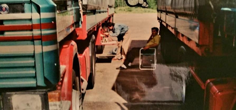 Henk-Klasens-samen-met-chauffeurs-van-Rinus-en-eten-uit-de-kist-(3)