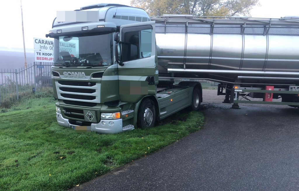 Hoendiep-23-10-2020-vrachtwagen-vast