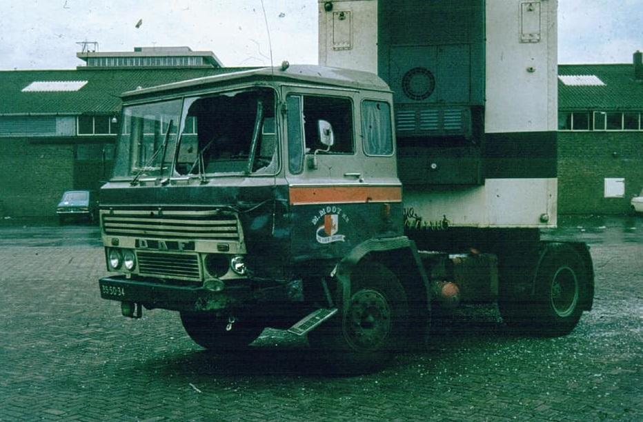 Maarten-Mooy,-DAF-2600--de-BS-50-34-in-goede--foto-bij-aflevering--en-slechte-tijden--In-maart-1972-ongeval-op-de-Delftse-Veiling-met-als-resultaat-de-gekreukelde-Mercedes-en-de-gebutste-DAF-(2)