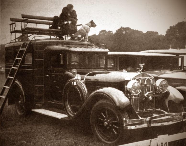 De-zeer-bijzondere-Isotta-Fraschini-van-mevrouw--Charles-Oractor-uit-New-York--Met-bankjes-op-het-dak-voor-een-beter-en-comfortabel-uitzicht-bij-paardenraces-en-shows
