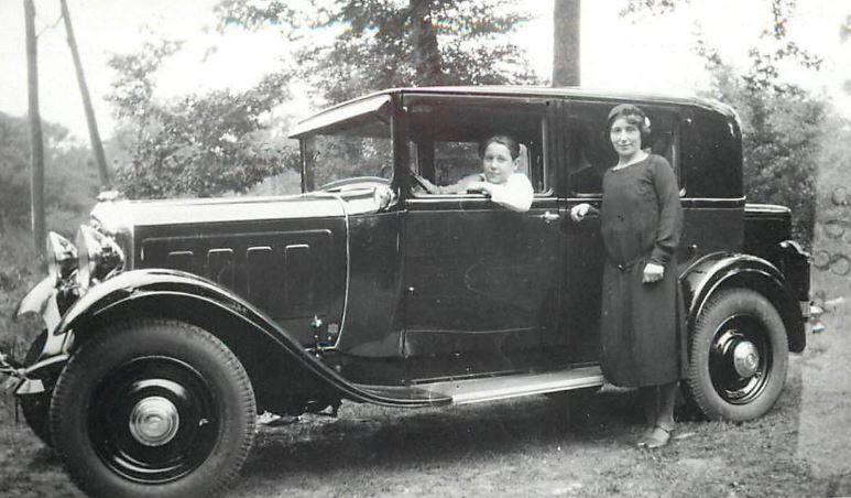 Citroen--Een-prachtige-luxe-C4G-sedan-voorzien-van-luifellantaarns-