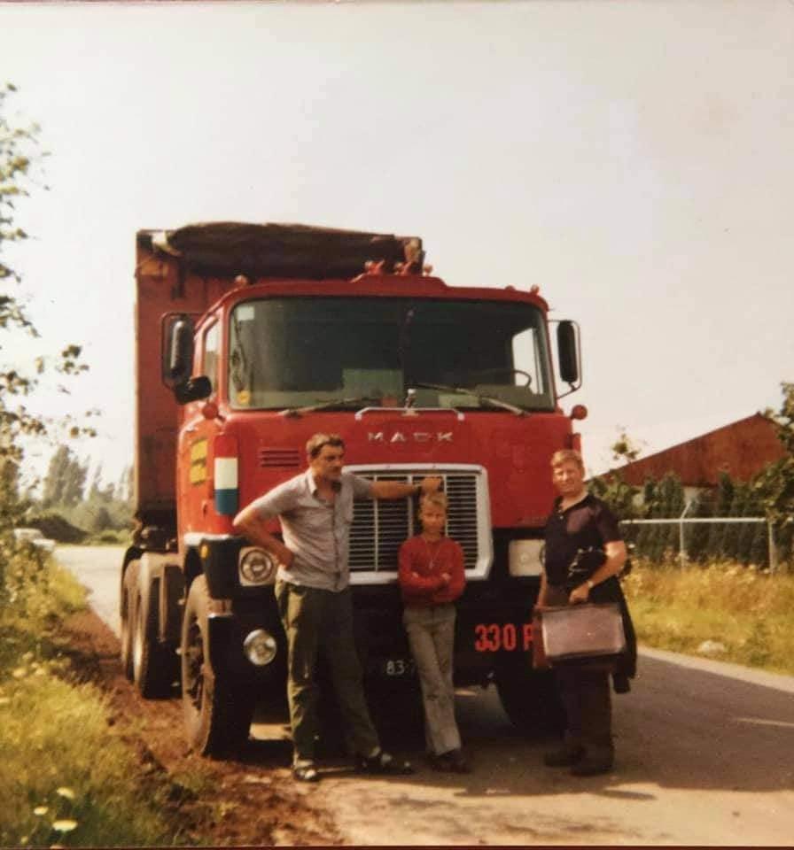 -chauffeur-Thei-Koster--collega-Chrisje-Verheijen-reed-s-middags-dezelfde-route--bijrijder-voor-deze-dag-waren-zoon-Leon-en-neef-Goof--(1)