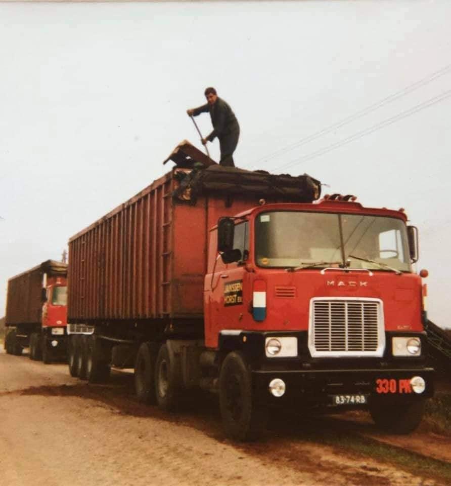 -chauffeur-Thei-Koster--collega-Chrisje-Verheijen-reed-s-middags-dezelfde-route--bijrijder-voor-deze-dag-waren-zoon-Leon-en-neef-Goof--(3)