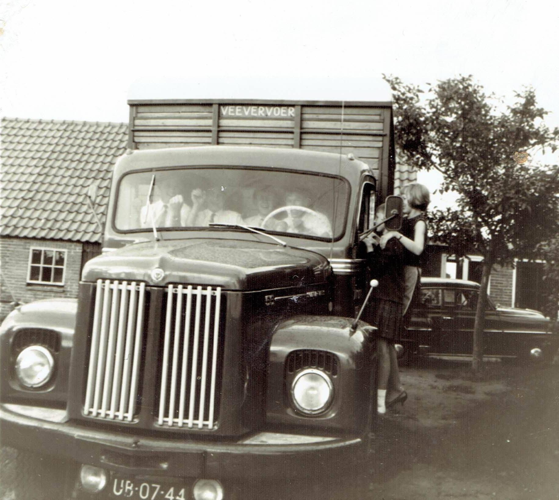 2-oude-auto-s-van-Boonstra-Haulerwijk,-waar-mijn-vader-mee-gereden-heeft--Girbe-Buist--(1)