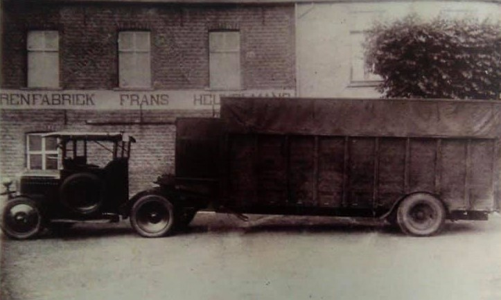 de-eerste-vrachtwagen-van-Chat--Vermeeren-1928-bij-het-sigarenfabriek-