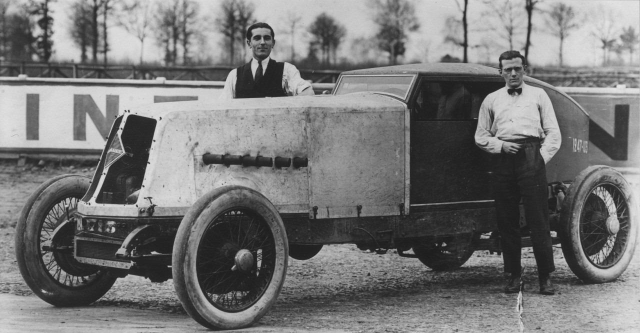 Renault--40-PK-9357ccm--24-uursrecord-in-Montlhery-met-een-gemiddelde-snelheid-van-173-km-en-ongeveer-4200-km-gereden-(3)