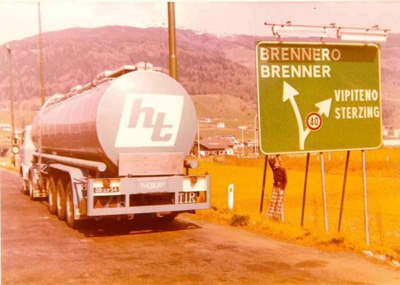 Rond-1975--chauffeur-Jan-van-Hoof-met-dochter-naar-Pisa-(1)
