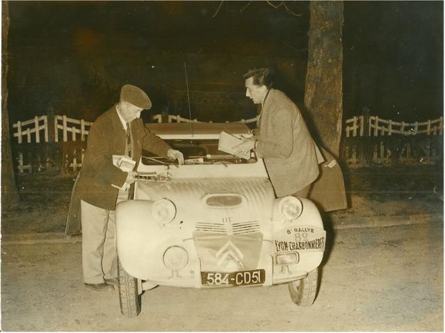 Jean-Dagonet--1955--met-een-van-zijn--ontwikkelde--2CV--Dit-is-een-originele-persfoto