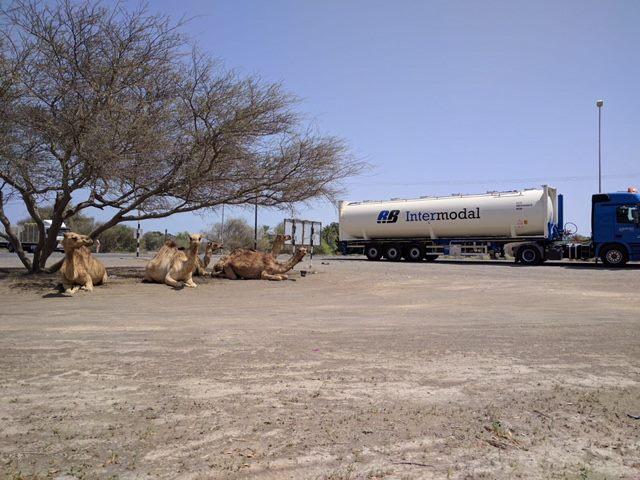 24-4-2017-RB-filiaal-in-Oman-waar-deze-auto-gestationeerd-staat--Een-chauffeur-van-Roms-is-op-dit-moment-in-Oman-om-te-zorgen-dat-ook-in-het-Midden-Oosten-alles-goed-verloopt--