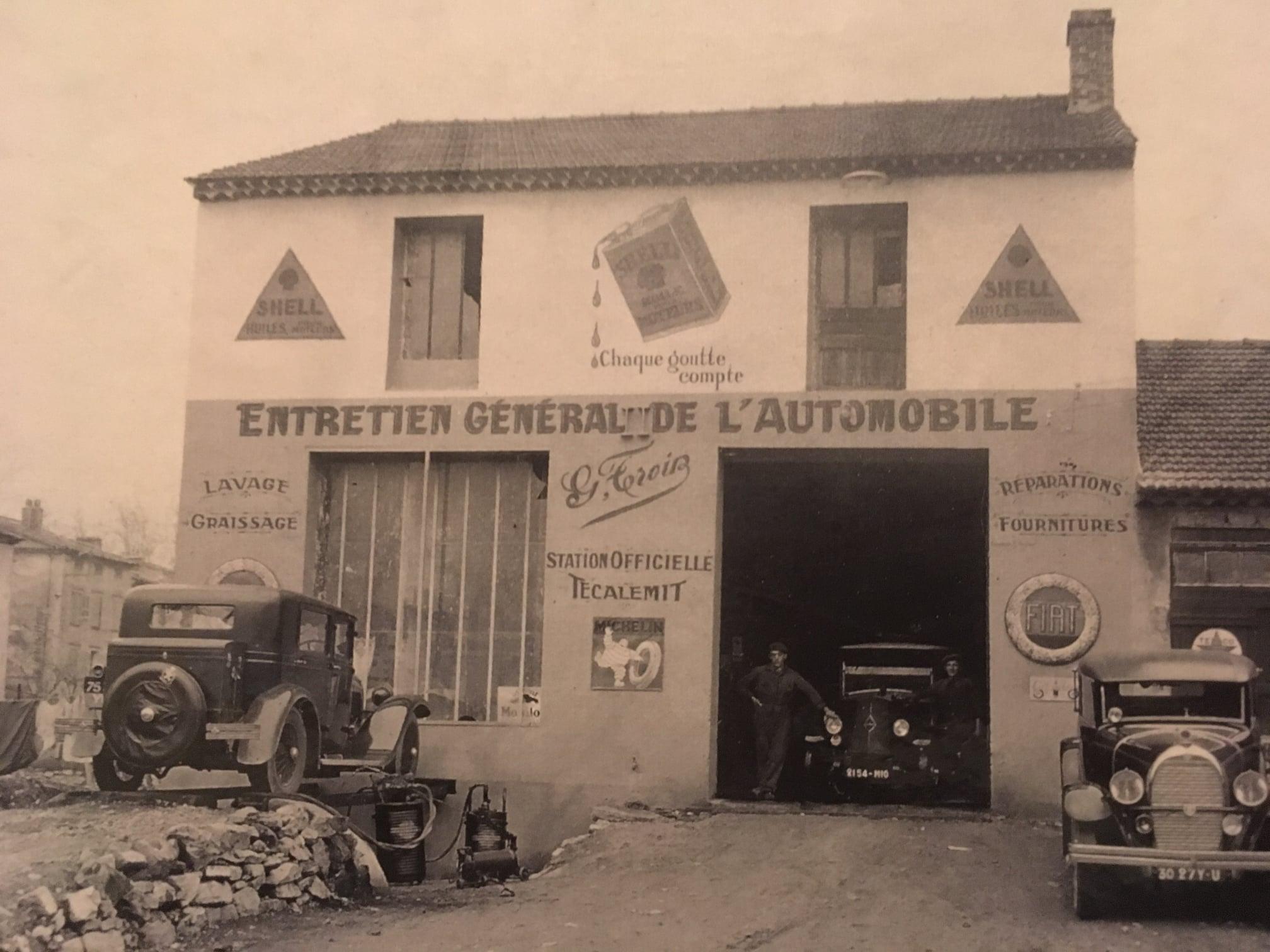 Fiat-Garage-Bretange--in-de-garage-Renault-rechts-een-Hotchkiss--