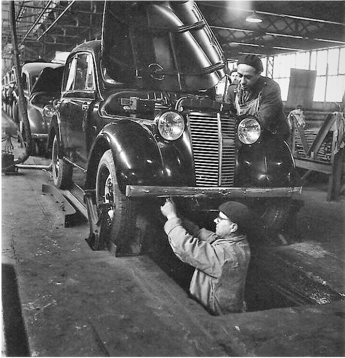 Renault-Juva-Quatro-1945-de-ketting-assemblage-in-Bouloge-Billancourt--
