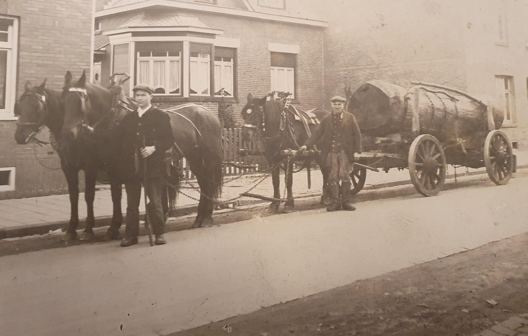 Thea-Hermans--De-man-rechts-in-beeld-is-mijn-overgrootvader-Caspar-Ploum--Hij-vervoerde-kolen-