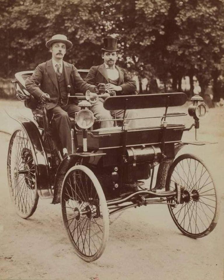 Jean-Pierre-et-Jean-Fréderic-Peugeot-1890--base-hyppomobile-équipée-d-un-moteur-V2-