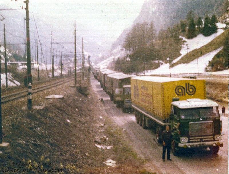 0-Volvo-F88-wachten-op-de-trein-Erna-Kuipeij