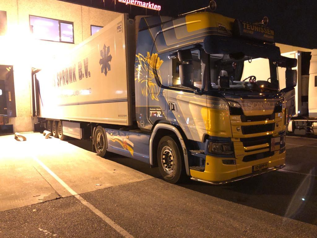Scania-Ook-dit-aangenomen-klusje-om-03-00-uur-gelost-in-Deventer-de-mandarijntjes-liggen-straks-voor-jullie-klaar-in-de-Supermakten-