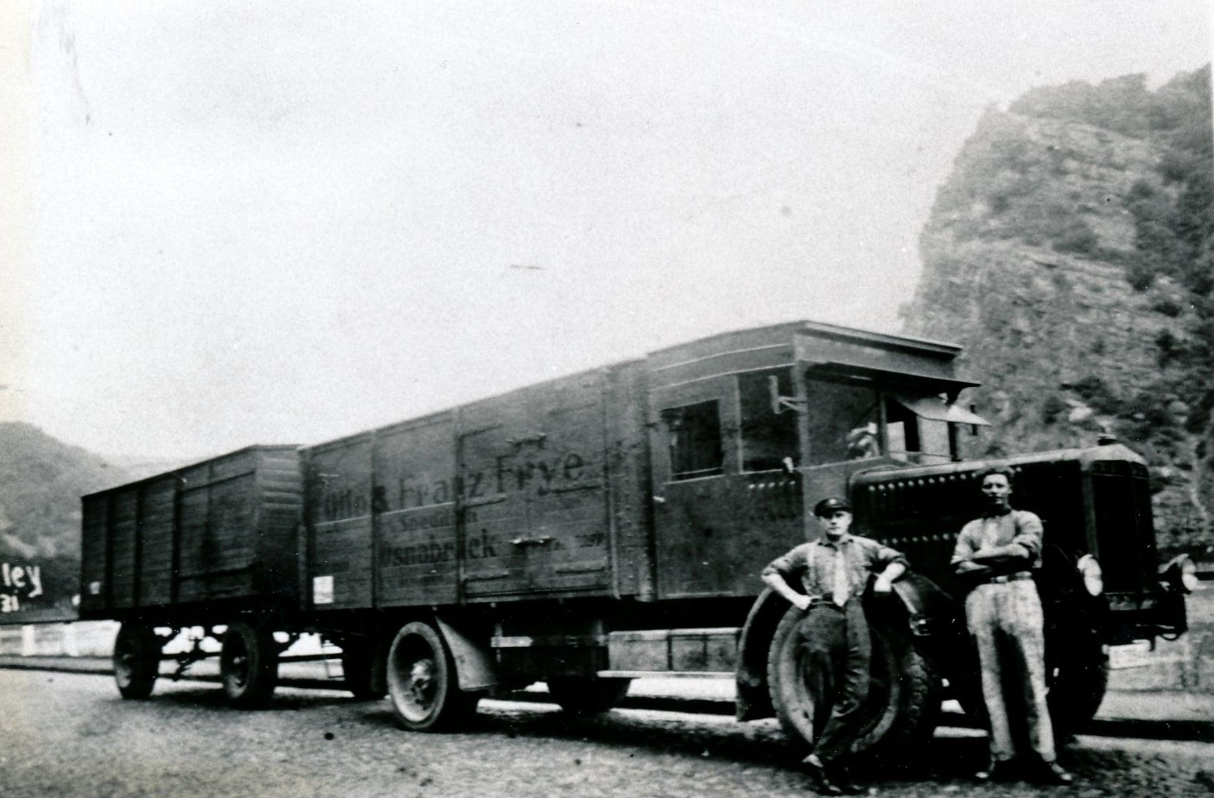 Bussing-NAG-ca-1927-langs-de-Rijn-bij-het-bekende-foto-punt-