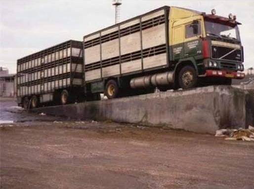 Volvo-in-Gerona-naast-de-snelweg-Leo-de-Halder