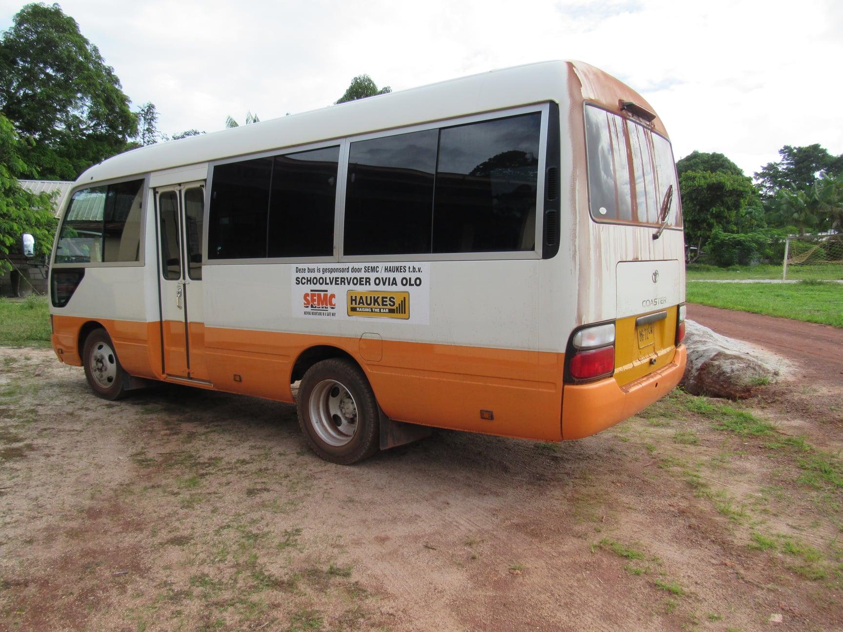Haukes-NV-in-samenwerking-met-SEMC-NV--donatie-van-een-bus-t-b-v-schoolvervoer-Ovia-Olo-dorp-in-het-ressort-Patamacca-in-district-Marowijne-(1)