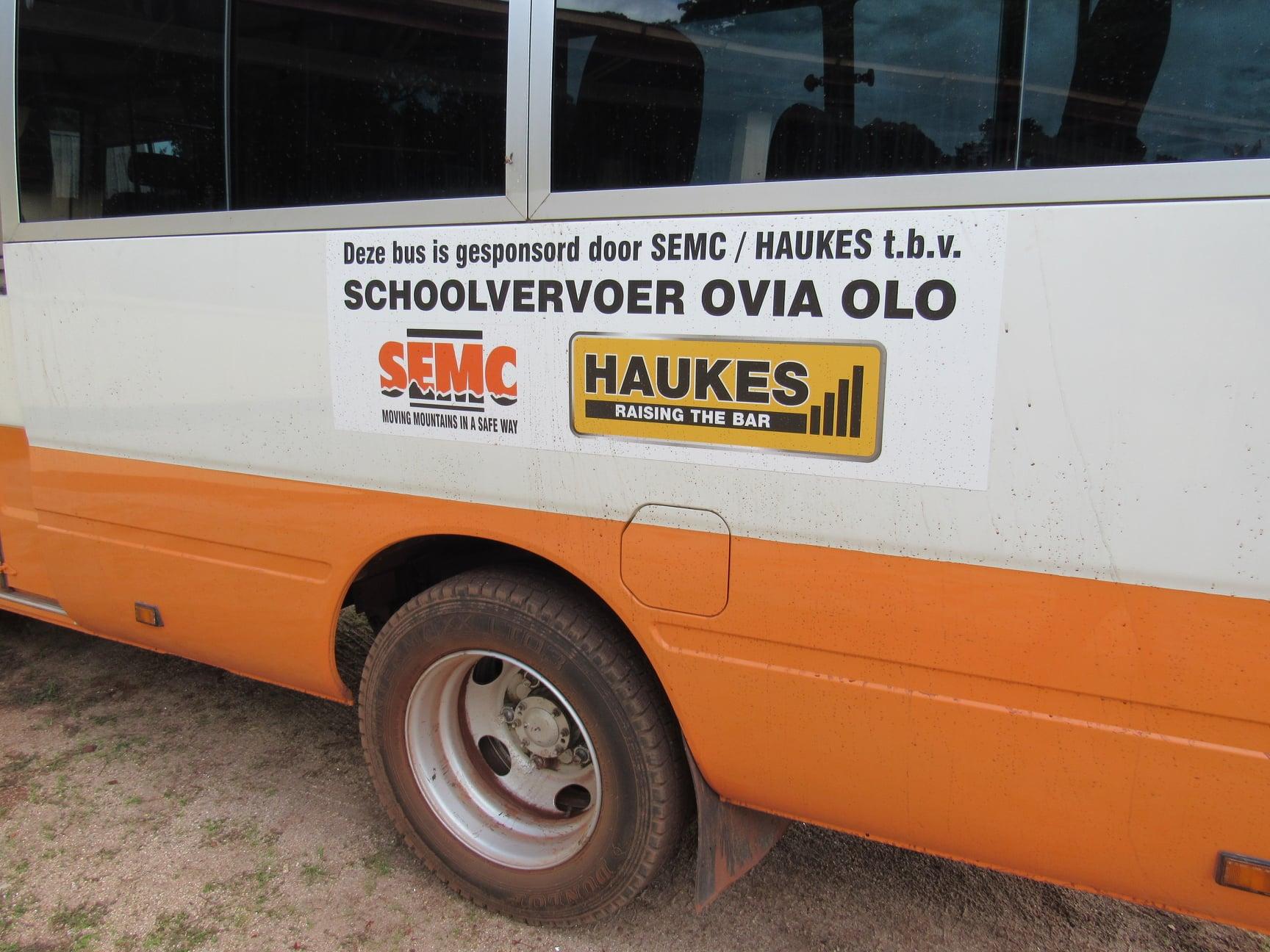 Haukes-NV-in-samenwerking-met-SEMC-NV--donatie-van-een-bus-t-b-v-schoolvervoer-Ovia-Olo-dorp-in-het-ressort-Patamacca-in-district-Marowijne-(2)