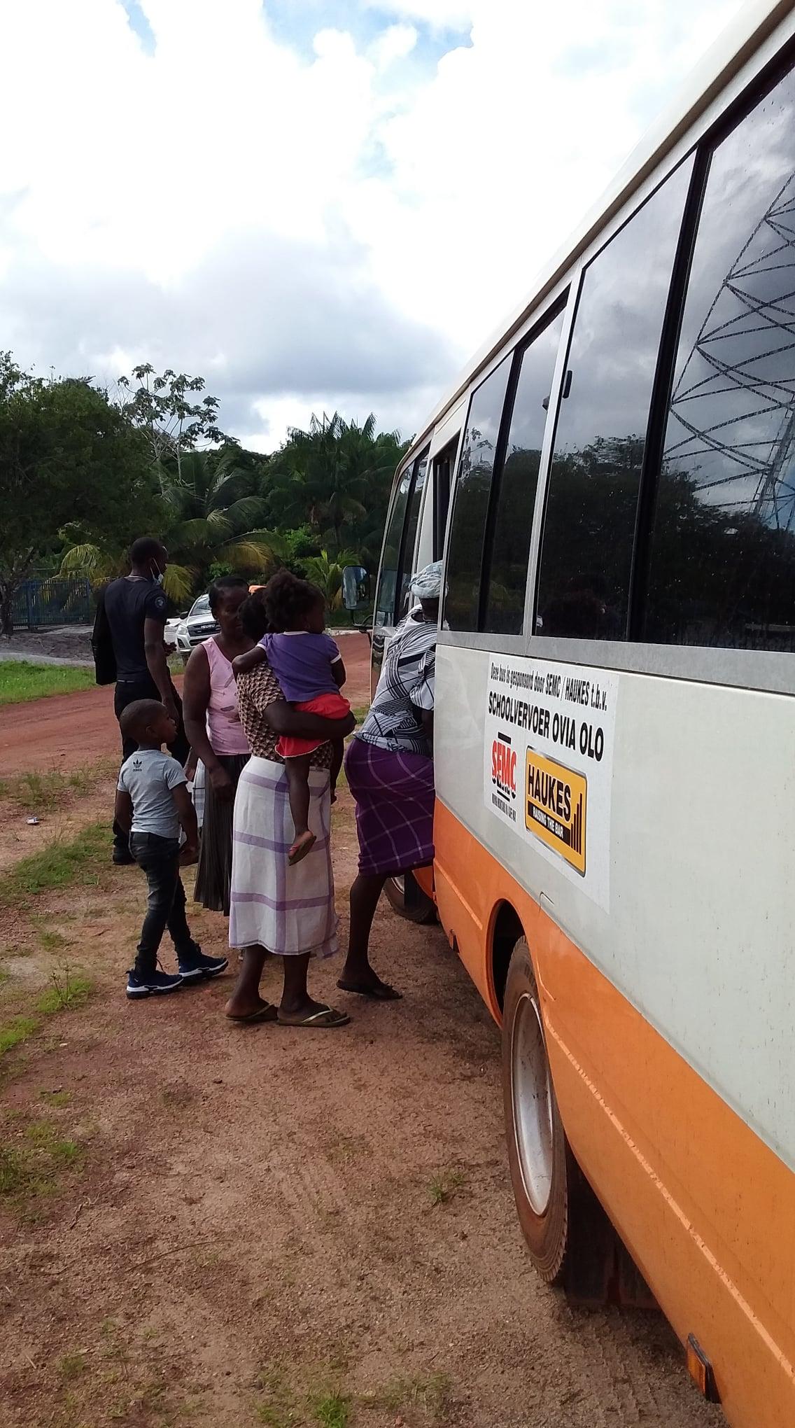 Haukes-NV-in-samenwerking-met-SEMC-NV--donatie-van-een-bus-t-b-v-schoolvervoer-Ovia-Olo-dorp-in-het-ressort-Patamacca-in-district-Marowijne-(3)