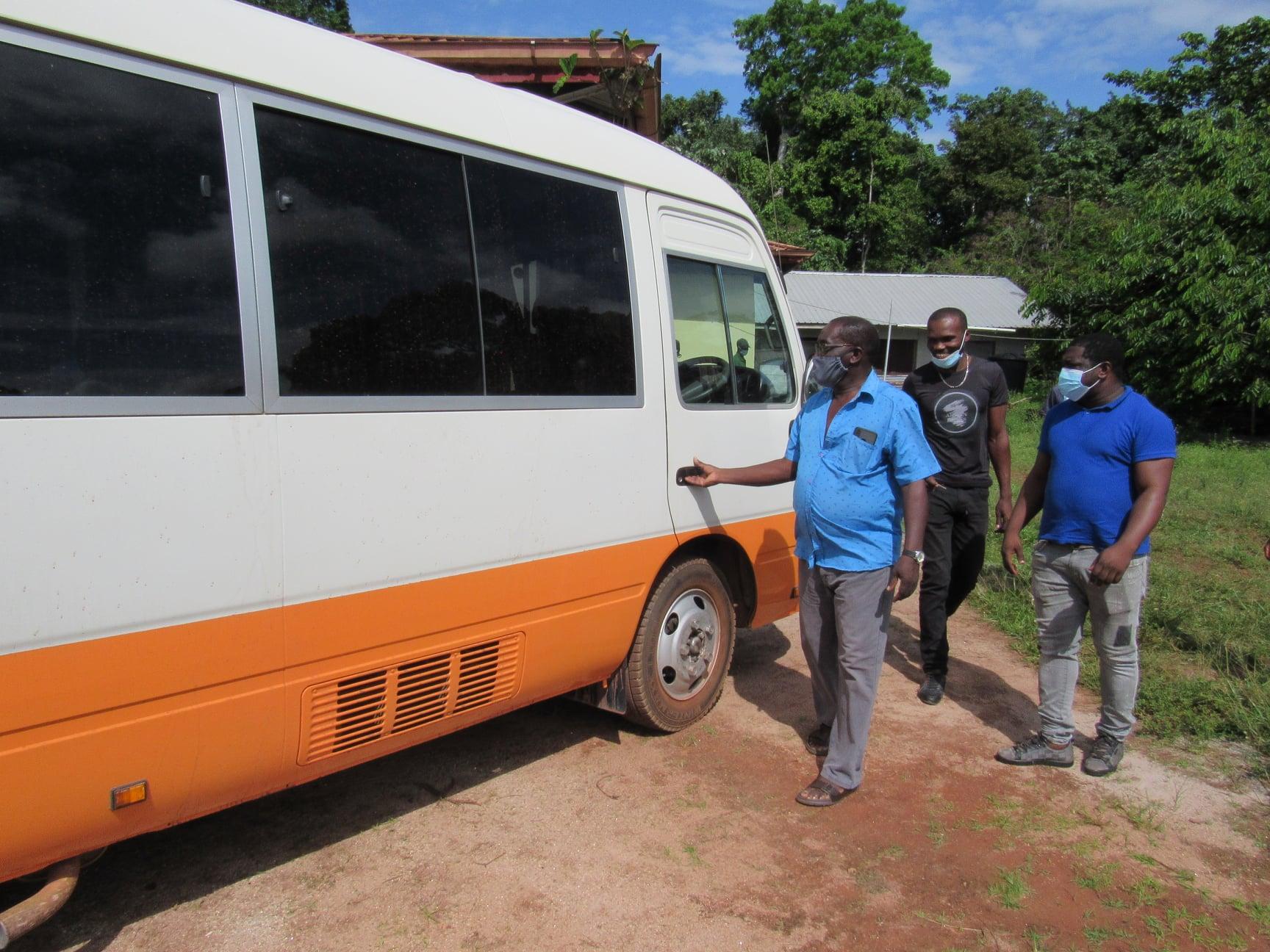 Haukes-NV-in-samenwerking-met-SEMC-NV--donatie-van-een-bus-t-b-v-schoolvervoer-Ovia-Olo-dorp-in-het-ressort-Patamacca-in-district-Marowijne-(4)