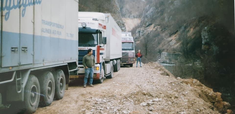 Han-Beuze-Met-een-vracht-eieren-onderweg-naar-Albanië-zo-n-25-jaar-terug--op-het-losadres-in-dures-streng-bewaakt--(1)